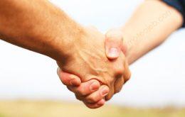 دلیل دست دادن مردم به یکدیگر