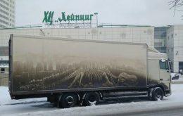 نقاشی بر روی گرد و خاک کامیون ها